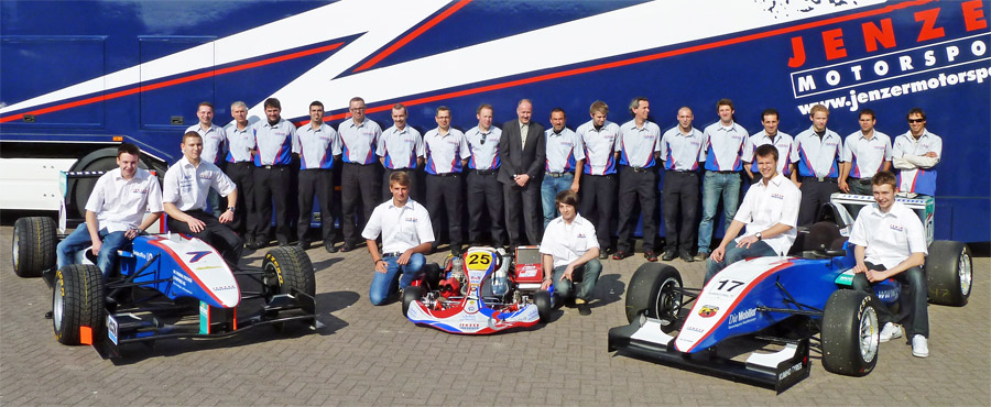 Fototermin in Lyss: Das Team Jenzer Motorsport 2011 mit Teamchef Andreas Jenzer, Esther Jenzer, den Mechanikern, Fahrern und Fahrzeugen von GP3 und Formula Abarth