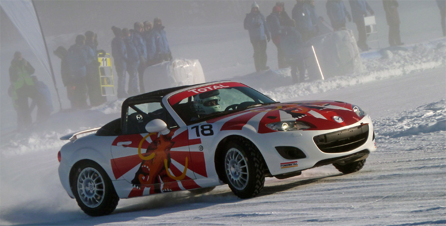 Der von Stefan Lüscher, Ex-Formel-Pilot René Arnoux und Schweizer Journalisten-Kollegen gefahrene Schweizer MX-5 war mit einem Mammuth verziert.