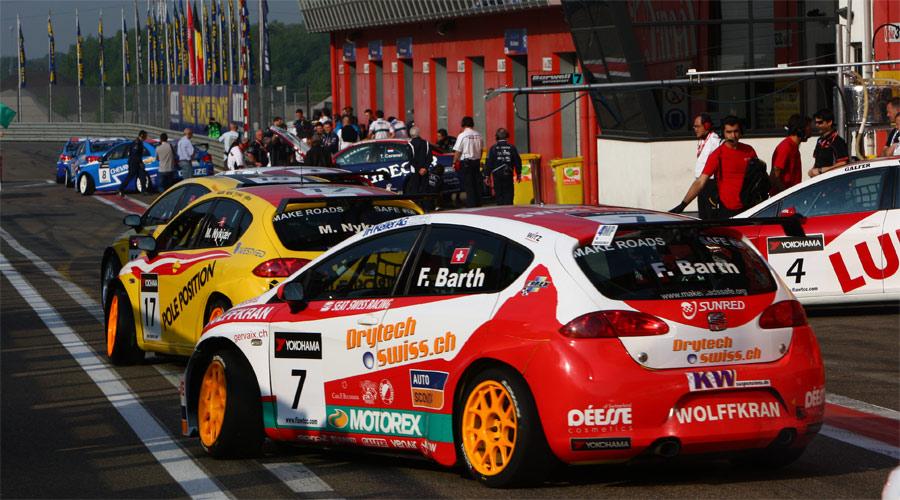 Auf in den Kampf: Fredy Barth (Seat Swiss Racing) startet zum Qualifying, in dem er als Zehnter die Pole-Position für Lauf 2 in Zolder 2011 erobert.