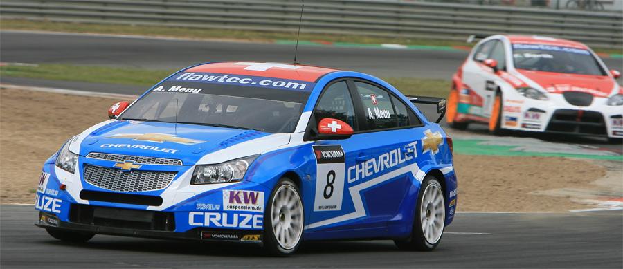 Der Schweizer Chevrolet-Werkspilot (hier vor Landsmann Fredy Barth auf Seat) fuhr in Zolder auf die zweite Startposition für Rennen 1 vom Ostersonntag 2011.
