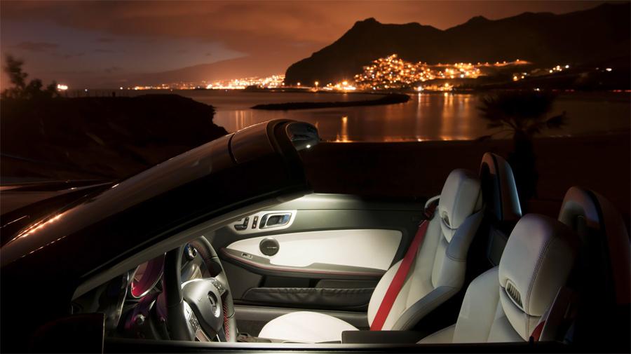 Mit den Airscarf-Luftdüsen in der Sitzlehne fährt man im neuen Mercedes SLK auch an kühleren Abenden problemlos offen.