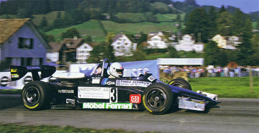 Spektakulär und stimmungsvoll: Start des Rennwagens von Urs Dudler beim Bergrennen St. Peterzell-Hemberg im Jahre 1986
