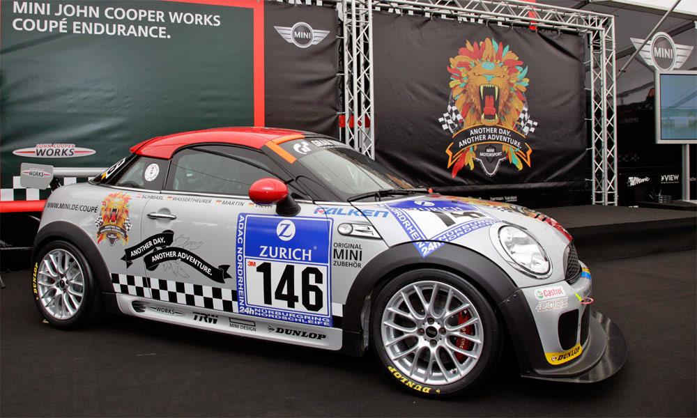 Lange vor dem Serienanlauf nimmt das neue Mini Coupé am 24-Stunden-Rennen auf dem Nürburging teil.