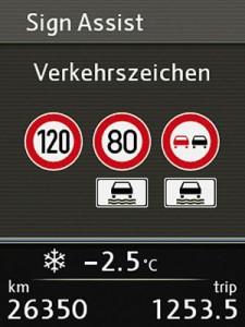 Praktische Neuerung: Verkehrszeichen-Erkennung.