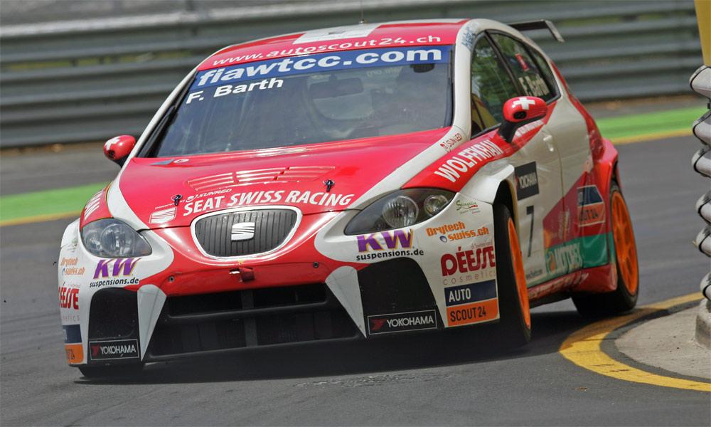 Der Seat Leon von Seat SWISS Racing: Fredy Barth driftet durch den Leitplankenkanal von Porto, Portugal.
