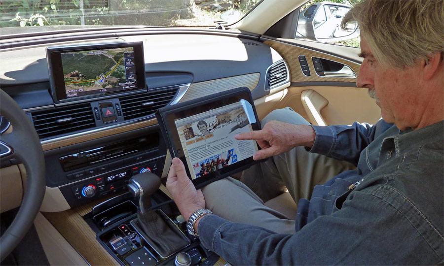 Internet-surfen im neuen Audi A6 Avant: Stefan Lüscher konsultiert über den WLAN-Hotspot lueschers-autoblog.ch