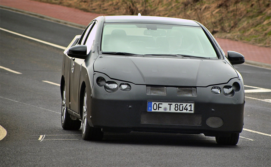 Auf den ersten Bildern zeigt sich der neue Honda Civic noch stark getarnt.