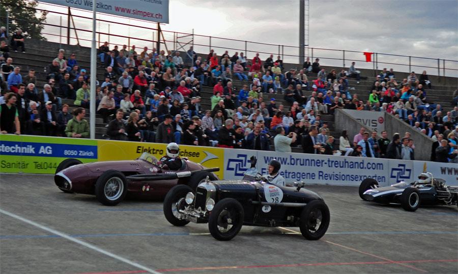 Historische Rennfahrzeuge sorgten bei Demofahrten auf der offenen Rennbahn von Oerlikon für eine einzigartige Atmosphäre.