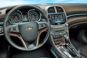 Das moderne Cockpit des neuen Chevrolet Malibu erinnert an den Opel Insignia.