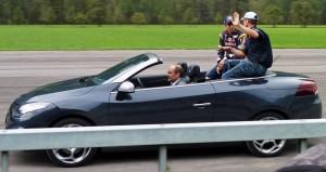 Sébastien Buemi und Fredy Barth präsentieren sich dem Publikum in einem Renault Cabrio.