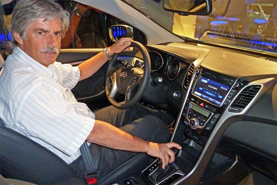 Stefan Lüscher beim Probesitzen im neuen Hyundai i30. Es ist modern, übersichtlich und qualitativ hochwertig.