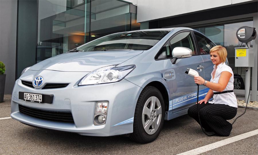 Zum bekannten Toyota Prius verfügt der neue Plug-In über eine an der Steckdose aufladbare, grössere Batterie.