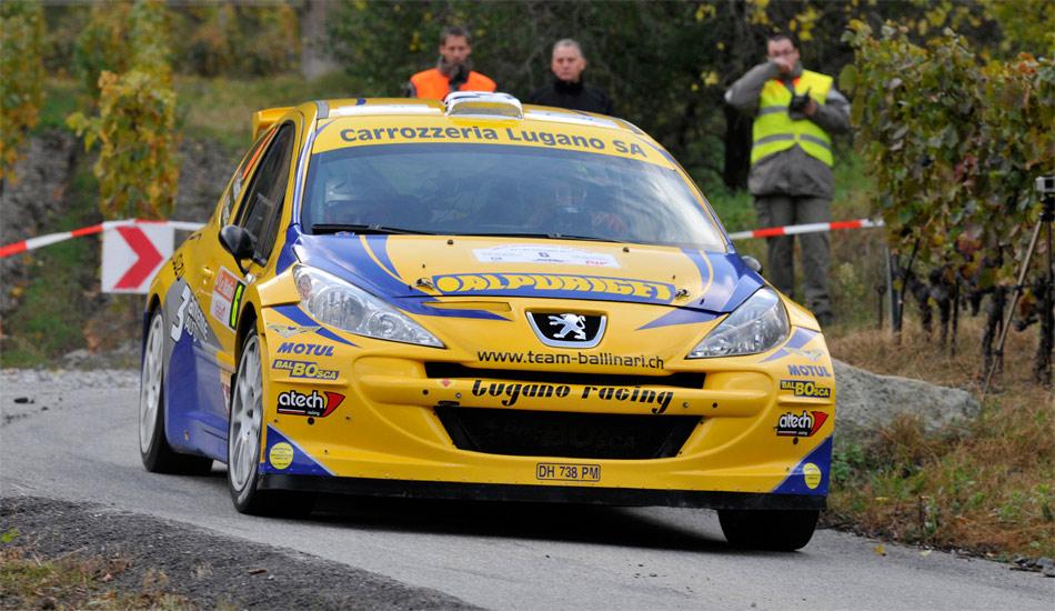 Nach 3 von 17 Sonderprüfungen führt Meisterschaftsfavorit Ivan Ballinari auf Peugeot 207 S2000 die Rallye du Valais an.