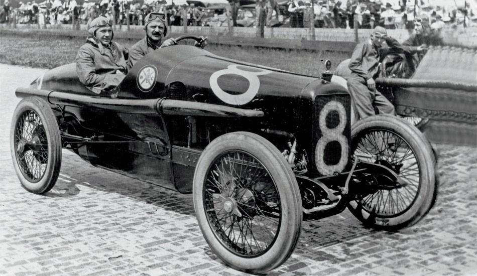 Rennfahrer Louis Chevrolet aus La CHaux-de-Fonds ist Namensgeber der Marke Chevrolet.