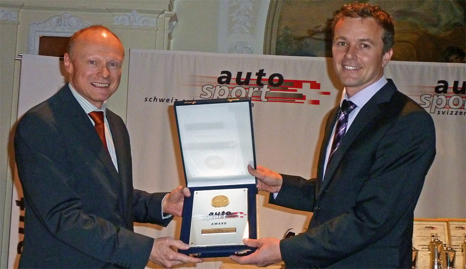 ASS-Präsident Andreas Michel (l.) überreicht Marcel Fässler den ASS Award 2011 für seinen Sieg bei den 24 Stunden von Le Mans.