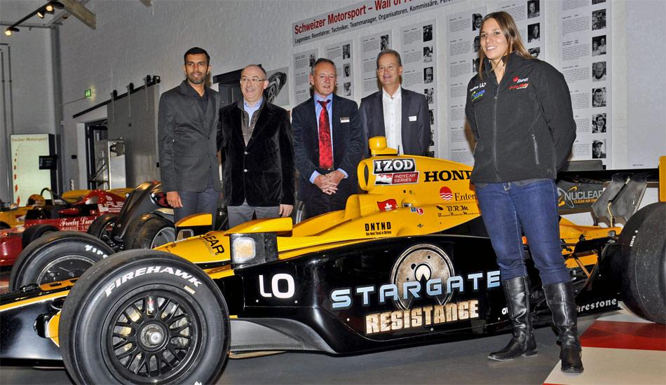 Bei einer Vernissage mit viel Rennsportprominenz enthüllte Fredy Lienhard (M.) im Autobau den IndyCar von Simona De Silvestro.