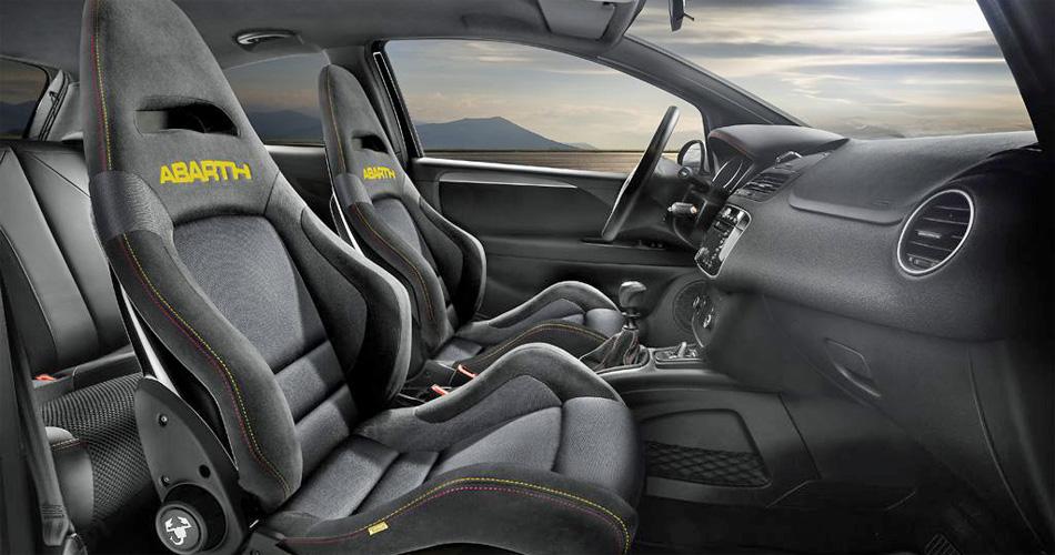 Im ausschliesslich in Schwarz lieferbaren Sondermodell Abarth Punto Scorpion sitzt man auf stark ausgeformten Schalensitzen.