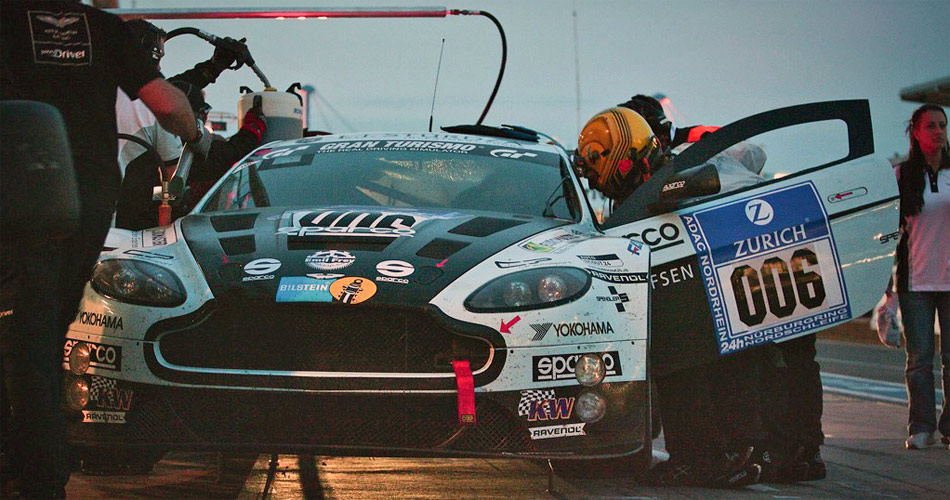 Der Aston Martin Vantage V12 GT3 mit Fredy Barth stand beim 24h-Debüt oft an der Boxe.