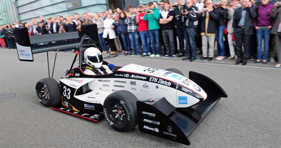 Der Schweizer Formula Student Umbrail beim Rollout beim Windkanal des Sauber F1 Teams.
