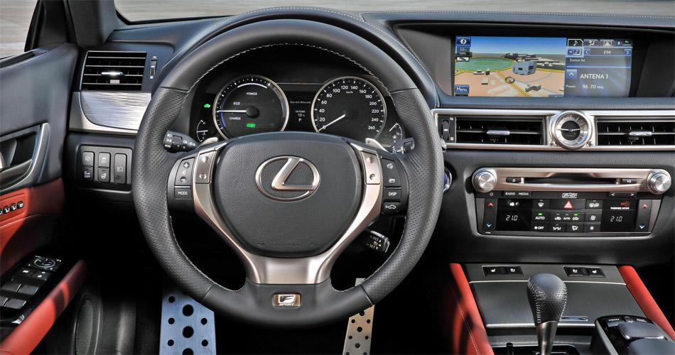 Im sportlichen Cockpit des neuen Lexus GS 450h findet sich das momentan grösste Infodisplay.