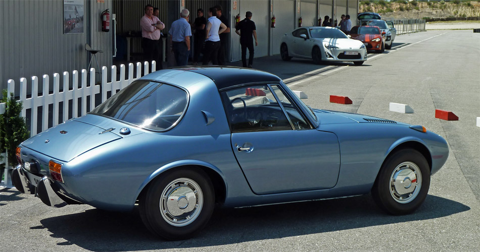 Der kleine Toyota S800 mit 2-Zylinder-Boxermotor von 1965 gilt als direkter Vorfahre des neuen Toyota GT86.