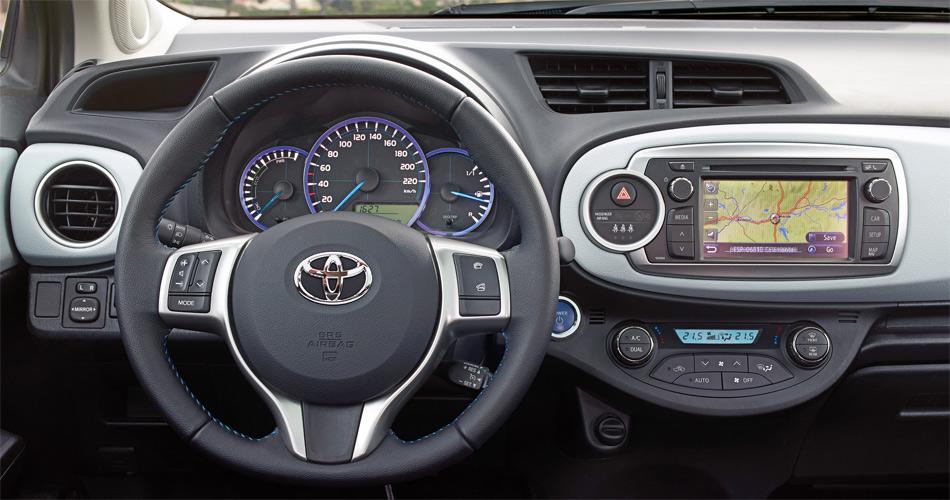 Das Cockpit wirkt jugendlich und bietet mit dem grossen Display modernste Multimedia-Möglichkeiten.