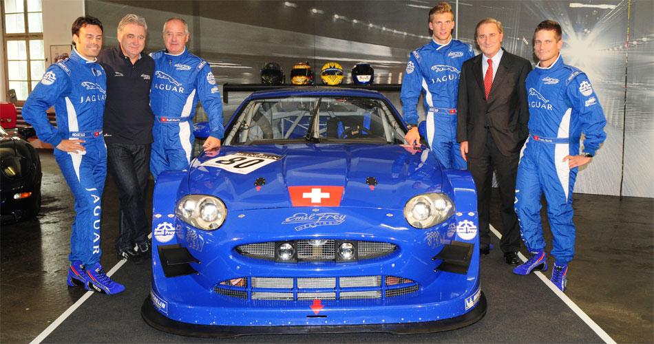 Der neue Emil Frey GT3 Jaguar wurde vom Team in Eigenregie aufgebaut.Hier bei der Vorstellung in Safenwil. Von links: Gabriele Gardel, Jaguar Schweiz-Direktor Stephan Vögeli, Rolf Maritz, Lorenz Frey, Walter Frey und Fredy Barth.