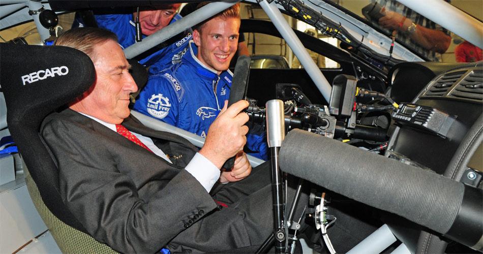 Das von Vater Emil Frey inizierte Racing-Team geht in die dritte Runde: Walter Frey bei der Sitzprobe im neuen Emil Frey GT3 Jaguar, Sohn Lorenz, Fahrer und Teamverantwortlicher, erklärt ihm das Renncockpit.