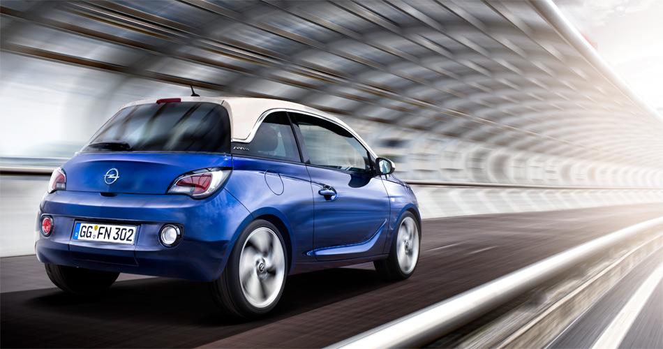 Mit dem andersfarbigen Dach und der breiten C-Säule erinnert der Opel Adam an den Fiat 500.