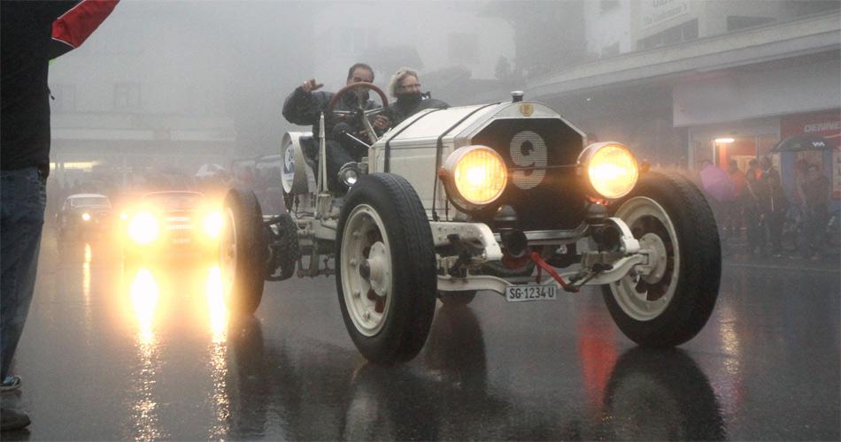 IndDas Motto des La France-Fahrers beim Arosa ClassicCar 2012: Es gibt kein schlechtes Wetter, nur schlechte Kleidung.