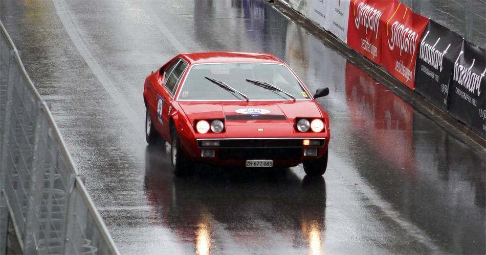 Fast im Ziel: Dieser Ferrari hat die anspruchsvolle Bergstrecke der Arosa ClassicCar auch bei Regen geschafft.