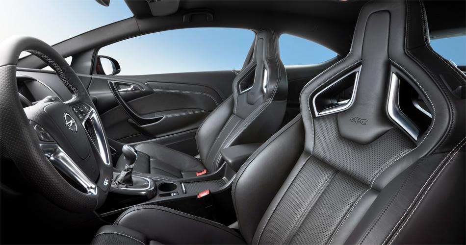 Das Interieur des neuen Opel Astra OPC mit 280 PS zeichnet sich durch ein unten abgeflachtes Lenkrad und besonders leichte Sportschalensitze aus.