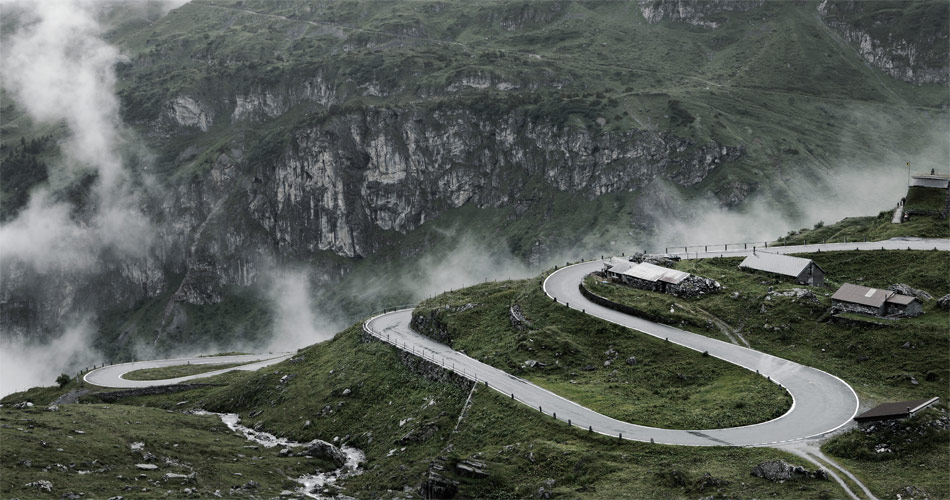 So macht Passfahren Spass. Ich, der BMW Z4, phanstastische Kurvenfolgen und eine fast mystische Bergstimmung.