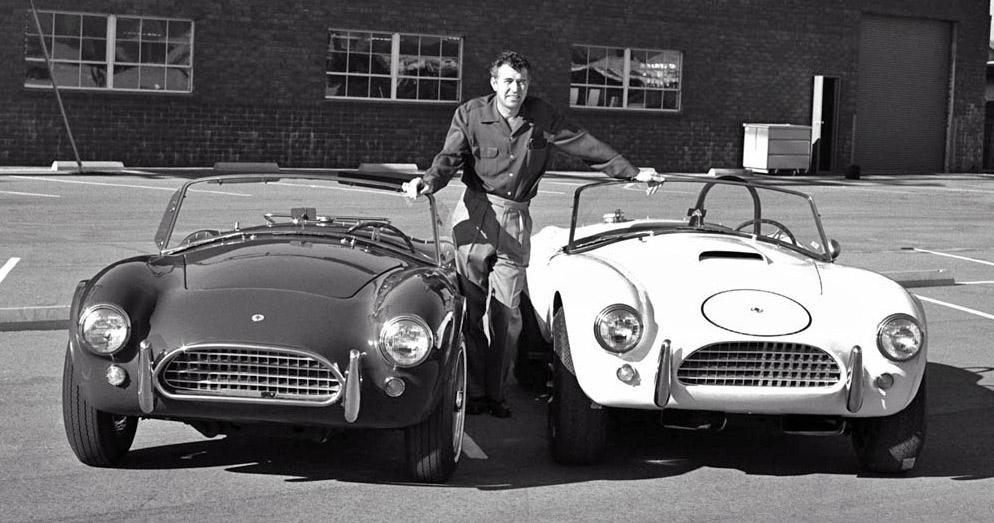 Carroll Shelby mit zwei seiner AC Cobra.