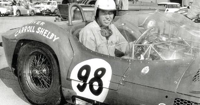 Der am 10. Mai 2012 89-jährig verstorbene Texaner Carroll Shelby war der Schöpfer der AC Cobra Shelby, er fuhr aber auch erfolgreich Rennen, zum Beispiel auf diesem Maserati.