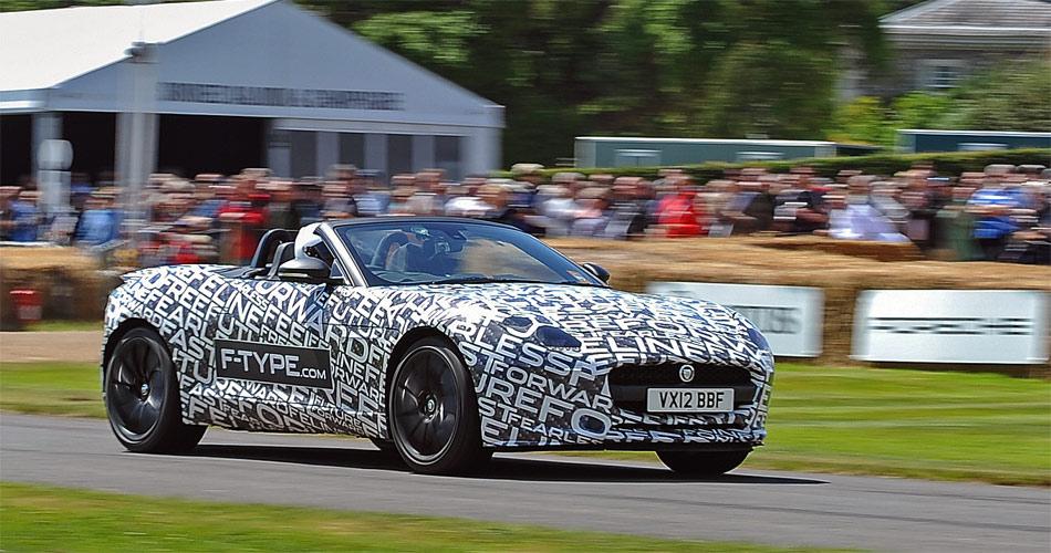Beim Festival of Speed in Goodwood wurde der Jaguar F-Type erstmals mit getarnter Karosserie präsentiert.