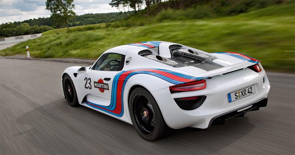Mit einem Verbrennungs-Mittelmotor und zwei Elektromotoren macht der neue Porsche 918 sowohl auf der Rennstrecke als auch bei rein elektrischem Fahren eine gute Figur.
