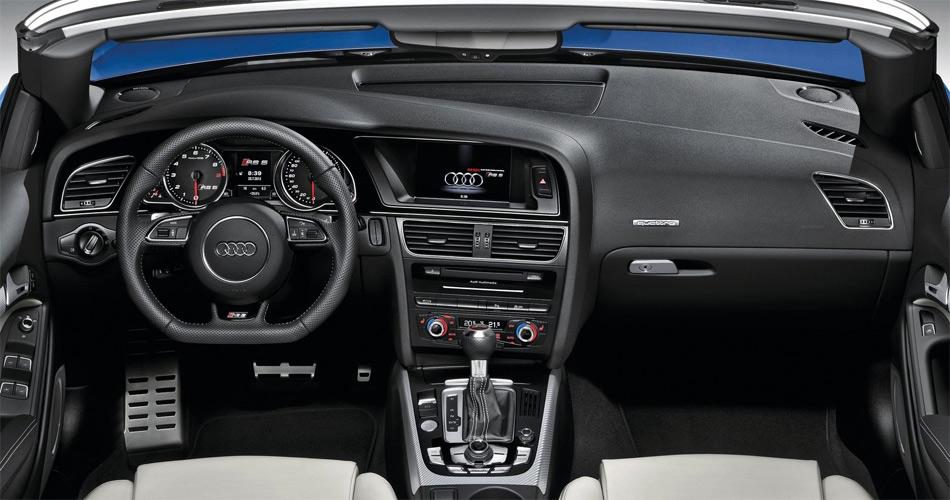 Im Interieur des Audi RS5 Cabriolet findet man die bekannte Audi-Ambience, angereichert mit sportlichen RS-Attributen.