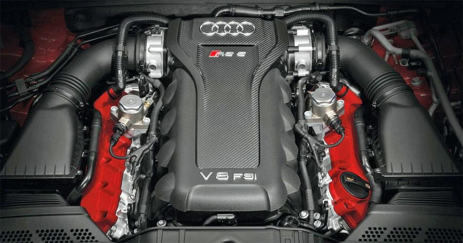 Das hochdrehende Benzin-Direkteinspritzer-Triebwerk mit 450 PS kann auf Wunsch mit einem Karbon-Optikpaket bestellt werden.