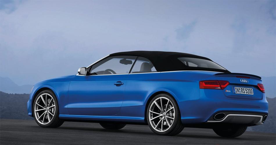 Der neue Audi RS5 Cabriolet verfügt über ein hervorragend gedämmtes Stoffdach, das im Kofferraum nur wenig Platz braucht und sich bis Tempo 50 öffnen lässt.
