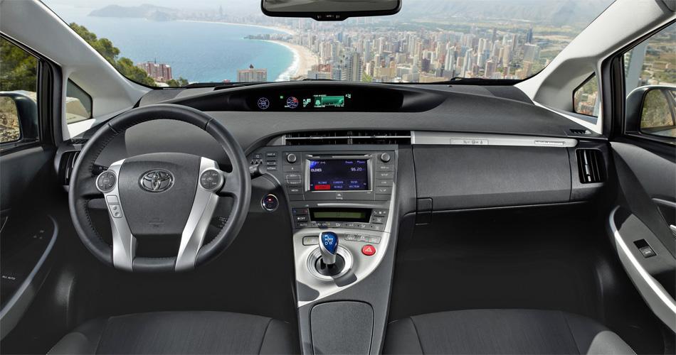 Im Cockpit des Toyota Prius Plug-In Hybrid geniesst man guten Überblick. Diverse Displays informieren über den Energiehaushalt.