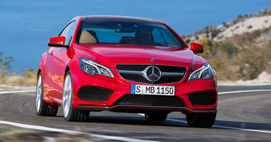 Das überarbeitete Mercedes E-Klasse Coupé präsentiert sich mit einer neuen Front und LED-Licht.