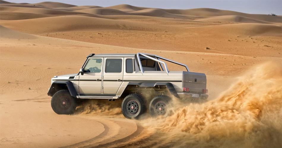 Dank bulligem AMG-V8 ist auch Driften im Sand trotz über 3 Tonnen Gewicht kein Problem.