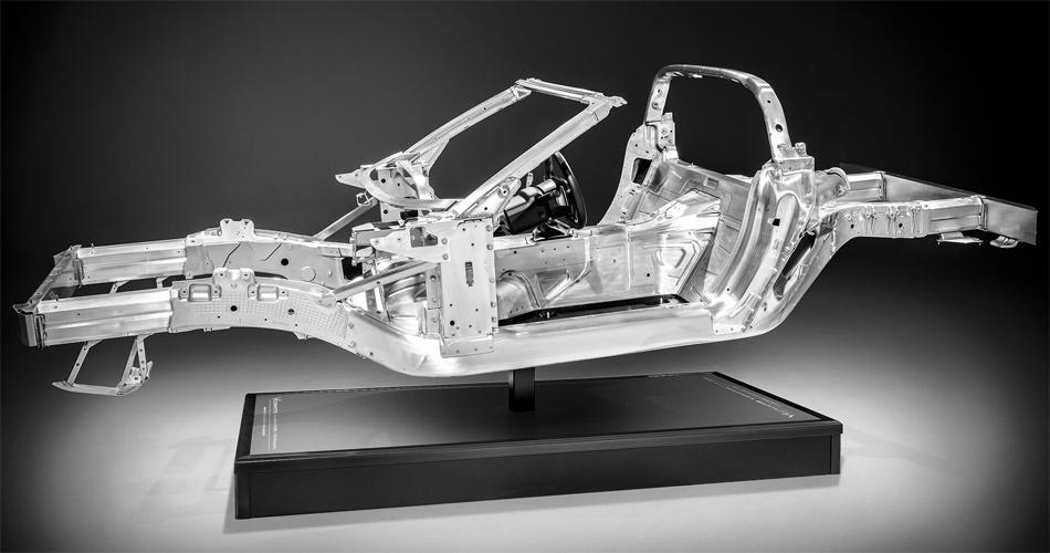 Die neue Aluminium-Striktur der Corvette C7 ist leichter und verwindungssteifer als beim Vorgänger.