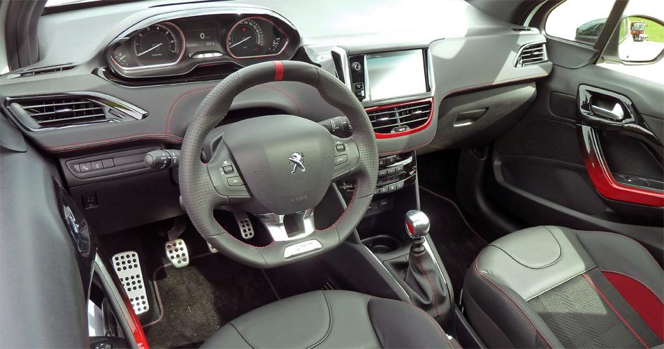 Das ist speziell: Im Peugeot 208 GTI blickt man über (statt durch) das sehr kleine Lenkrad auf die Armaturen.