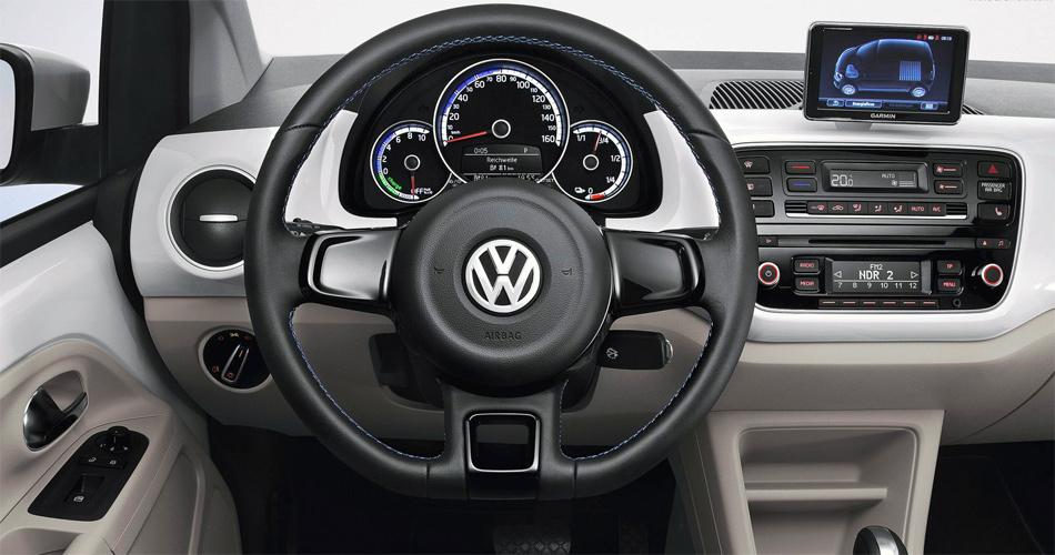 Im ansonsten unveränderten Cockpit des VW e-up! wird die Restreichweite angezeigt.