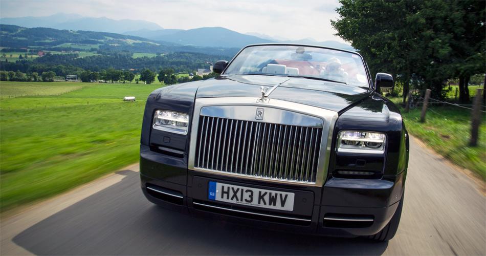 Der oppulente Grill und das kantige Design machen den Rolls Royce zu einer monumentalen Erscheinung.