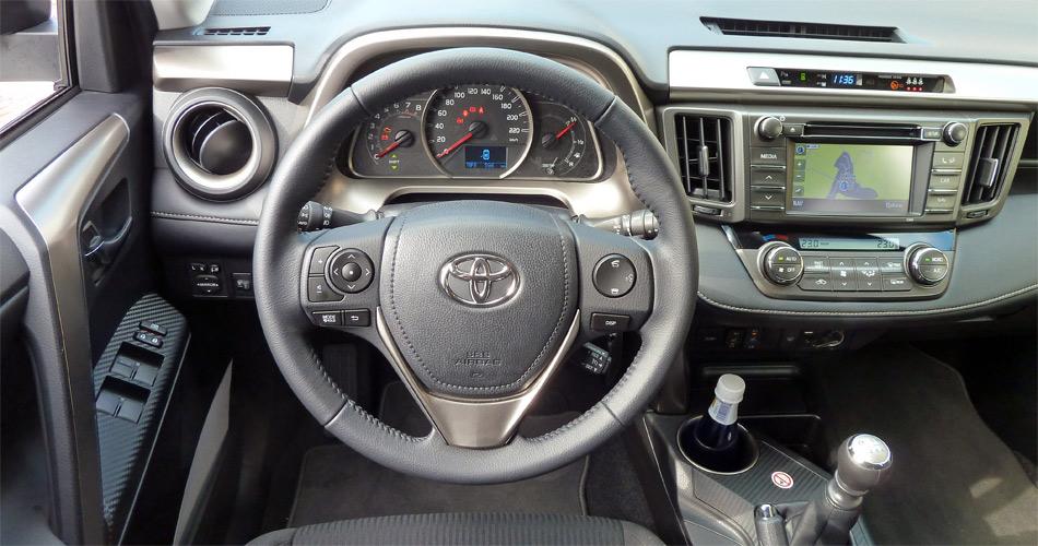 Das Cockpit des Toyota RAV4 ist übersichtlich und modern.