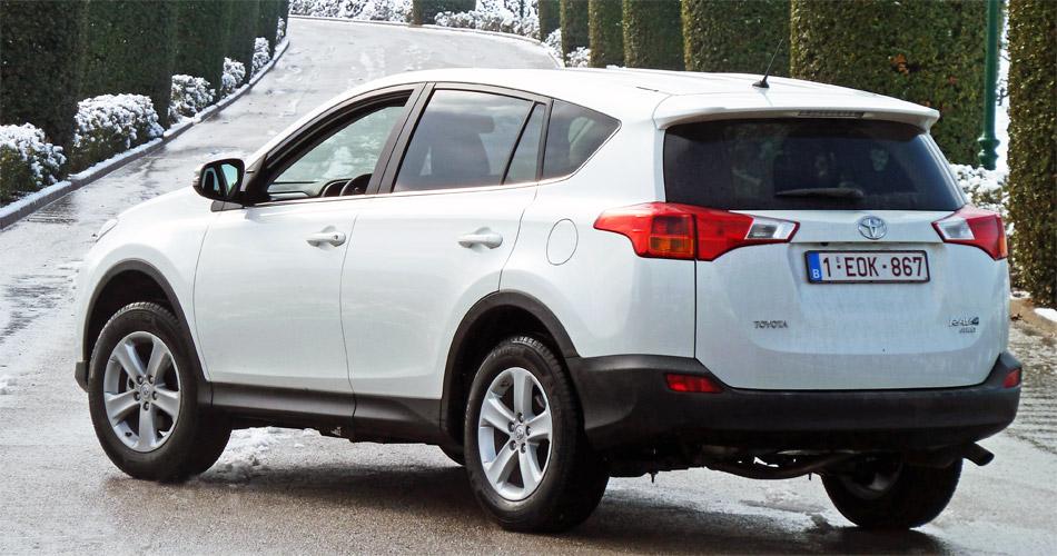 Hiter dem moderneren Blechkleid des neuen Toyota RAV4 verbirgt sich auch ein grösseres Platzangebot.