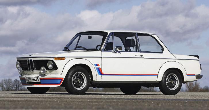 Der legendäre zweitürige BMW 2002 mit dem ersten serienmässigen Turbomotor und 170 PS ist der Urahn des neuen BMW 2er.